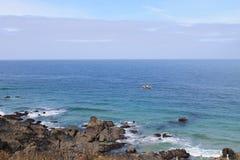 Błękitny morze i skalisty wybrzeże przy Cornwall, Anglia Fotografia Royalty Free