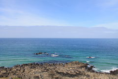 Błękitny morze i skalisty wybrzeże przy St Ives, Cornwall, Anglia Obraz Stock