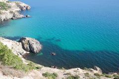 Błękitny morze kołysa przy dnem i kamienie Obraz Stock