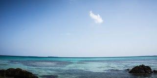 Błękitny morze na pobliskiej plaży z przejrzystym kolorem i jasnym niebieskim niebie w karimun jawie obraz stock