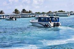 Błękitny morze port Malè z mnogimi turystycznymi łodziami zdjęcia stock