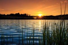 Błękitny morze przy wschodu słońca zmierzchem z złotym niebem Zdjęcie Stock