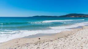 Błękitny morze w Maria Pia plaży w Alghero obrazy stock