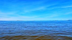 błękitny morze z niebieskiego nieba tłem zdjęcie stock
