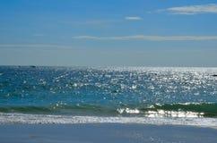 Błękitny morze z niebieskim niebem Obrazy Stock