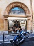 BŁĘKITNY motocykl I PAMIĄTKARSKI sklep, AIX EN PROVENCE, FRANCJA Obrazy Royalty Free