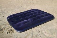 Błękitny nadmuchiwany materac dopłynięcie w stawie Obrazy Stock