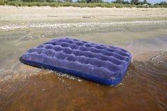 Błękitny nadmuchiwany materac dopłynięcie w stawie Fotografia Stock