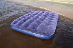 Błękitny nadmuchiwany materac dopłynięcie w stawie Fotografia Royalty Free