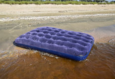 Błękitny nadmuchiwany materac dopłynięcie w stawie Obraz Stock
