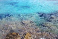 Błękitny nawadnia na skalistej linii brzegowej Zdjęcia Royalty Free