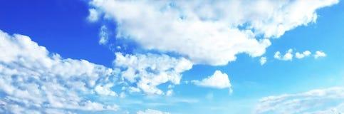 Błękitny niebieskie niebo, lato czas Obrazy Stock