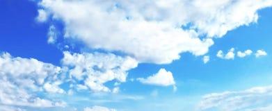 Błękitny niebieskie niebo, lato czas Obrazy Royalty Free