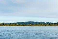Błękitny niebieskie niebo przy dnia czasem i jezioro Obraz Royalty Free