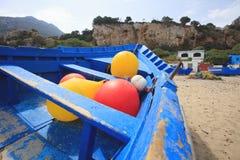 błękitny niebieskie niebo w Morocco i łódź zdjęcie royalty free