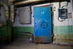 Błękitny ośniedziały hermetical drzwi stary zaniechany Radziecki schron Zdjęcie Royalty Free