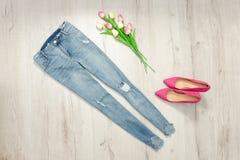 Błękitny obdarty bukiet tulipany i cajgi modny pojęcie zdjęcia royalty free