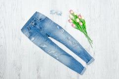 Błękitny obdarty bukiet tulipany i cajgi modny pojęcie fotografia royalty free