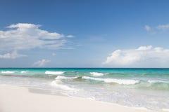 Błękitny ocean, morze, biały piasek i niebo z chmurami lub, Fotografia Royalty Free