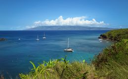 Błękitny ocean, niebieskie niebo, zielony brzeg, raj w Maui, Hawaje fotografia stock