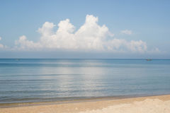 Błękitny ocean z dużymi chmurami Zdjęcie Stock