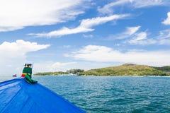 Błękitny oceanu błękita łodzi niebieskie niebo Obrazy Royalty Free