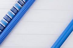 Błękitny opakunkowy papier na drewnianym tle obraz stock