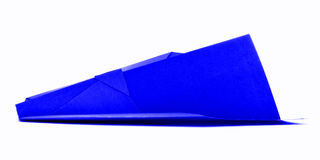Błękitny origami samolot, papierowy handmade samolot odizolowywający na białym tle Fotografia Stock