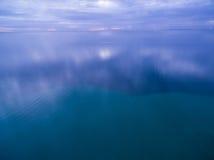 Błękitny półmrok nad oceanem zdjęcia stock