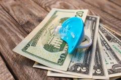 Błękitny pacyfikator na tle pieniądze fotografia stock