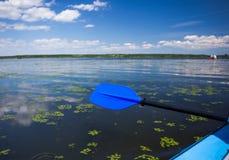 Błękitny paddle lying on the beach na kajaku kajaki rzeki Zdjęcie Royalty Free