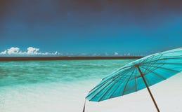 Błękitny parasol na pięknej tropikalnej plaży Wakacyjny pojęcie fotografia royalty free
