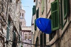 Błękitny parasol z okno Zdjęcia Royalty Free
