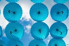 Błękitny parasola pławik w niebie na słonecznym dniu Parasolowa niebo projekta instalacja Wakacje i festiwalu świętowanie Cień i obrazy stock