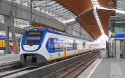 Błękitny pociąg zostaje na Amsterdam areny staci Fotografia Stock