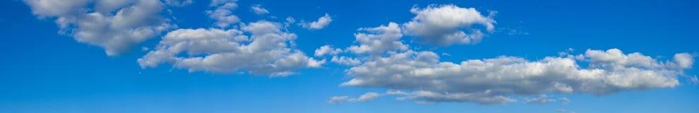 Błękitny pogodny niebo z białymi chmurami kształtuje teren sztandar Obrazy Stock