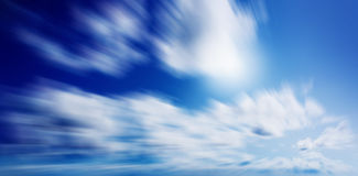 Błękitny pogodny niebo z chmurami Zdjęcie Stock