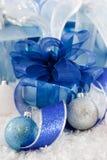 błękitny prezentów błyszczący biel Fotografia Royalty Free
