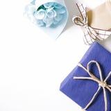 Błękitny prezent i błękitny kwiatu bukiet na białym tle Zdjęcia Royalty Free