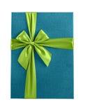 Błękitny prezenta pudełka zieleni faborek odizolowywający obraz royalty free