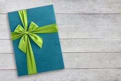 Błękitny prezenta pudełko na drewnianym tle obraz royalty free