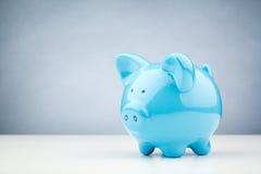 Błękitny prosiątko bank na stole Zdjęcie Stock