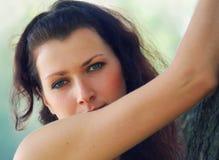 błękitny przyglądająca się dziewczyna Zdjęcia Royalty Free