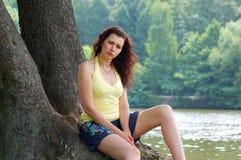 błękitny przyglądająca się dziewczyna Fotografia Royalty Free