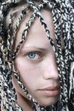 błękitny przyglądająca się dziewczyna Obrazy Stock