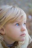 błękitny przyglądająca się dziewczyna Obrazy Royalty Free