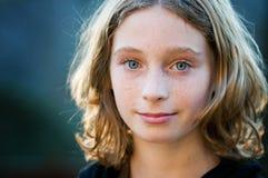 błękitny przyglądająca się dziewczyna dosyć Zdjęcie Royalty Free