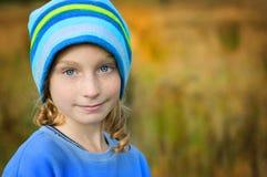 błękitny przyglądająca się dziewczyna dosyć Fotografia Royalty Free