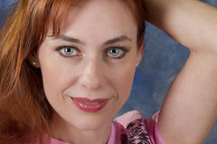 błękitny przyglądająca się kobieta Fotografia Stock