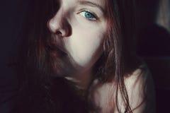 błękitny przyglądająca się kobieta Obraz Royalty Free